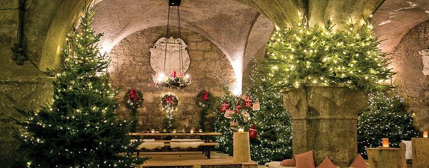 Các phòng ăn dưới hầm của St. Peter Stiftskulinarium được trang trí Giáng sinh