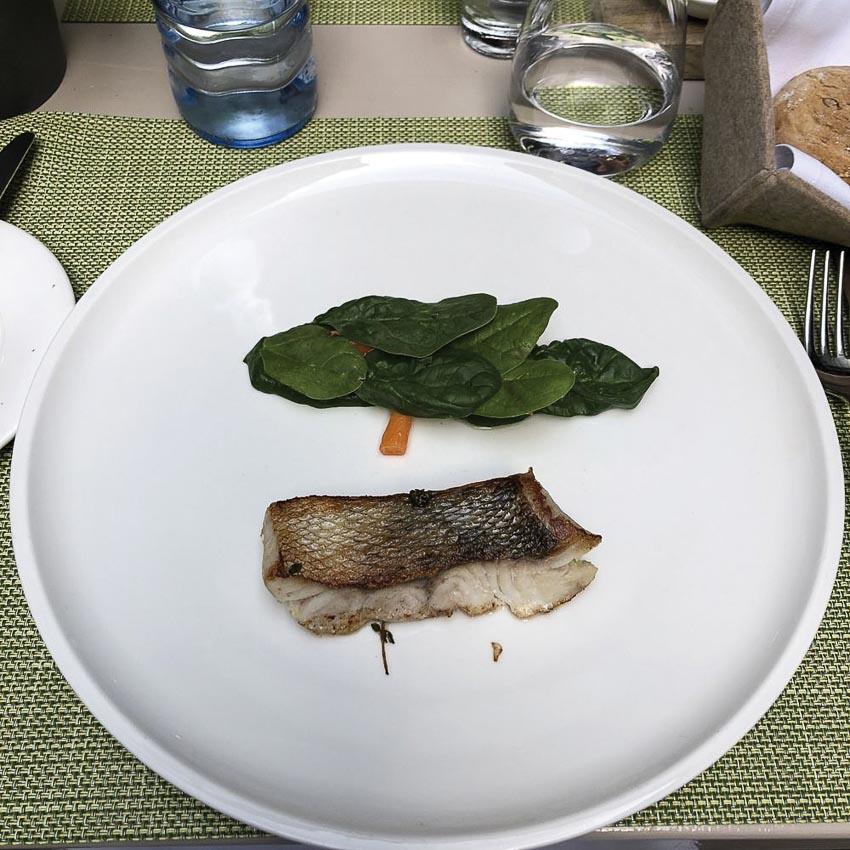 Cá tuyết nướng với rau spinach tươi