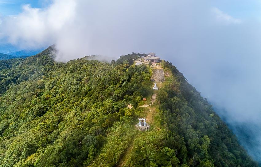 Hải Vọng Đài trên đỉnh Bạch Mã chìm trong mây