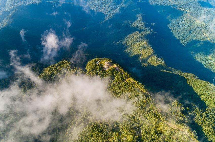 7. Đỉnh Bạch Mã nhìn từ trên cao