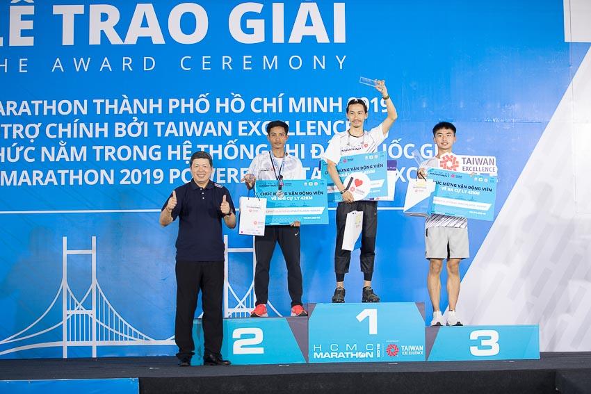 Ông Walter Yeh trao giải cho các VĐV hoàn thành xuất sắc đường chạy cự li 42km