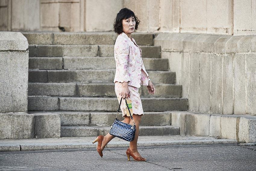 Một phụ nữ Triều Tiên với các món đồ xa xỉ. Ảnh: NK News.