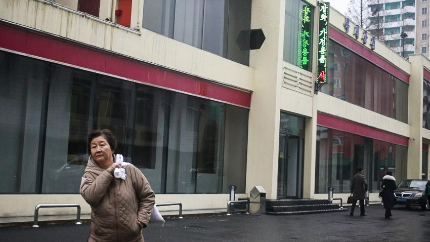 Một phụ nữ Triều Tiên bên ngoài Cửa hàng Bugsae, còn được gọi là Cửa hàng Singapore. Ảnh: AP.