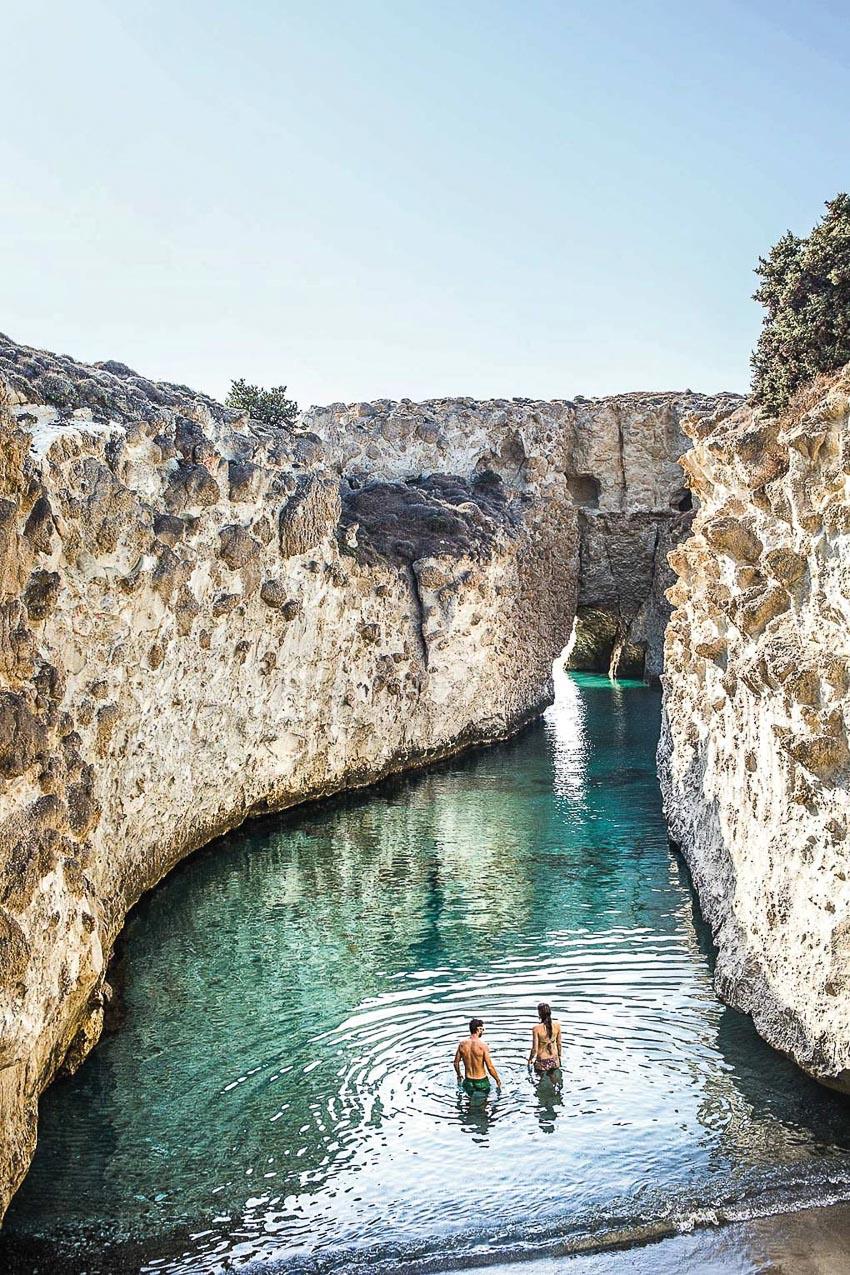"""Những """"hồ bơi"""" thiên nhiên được tạo nên bởi núi và biển"""
