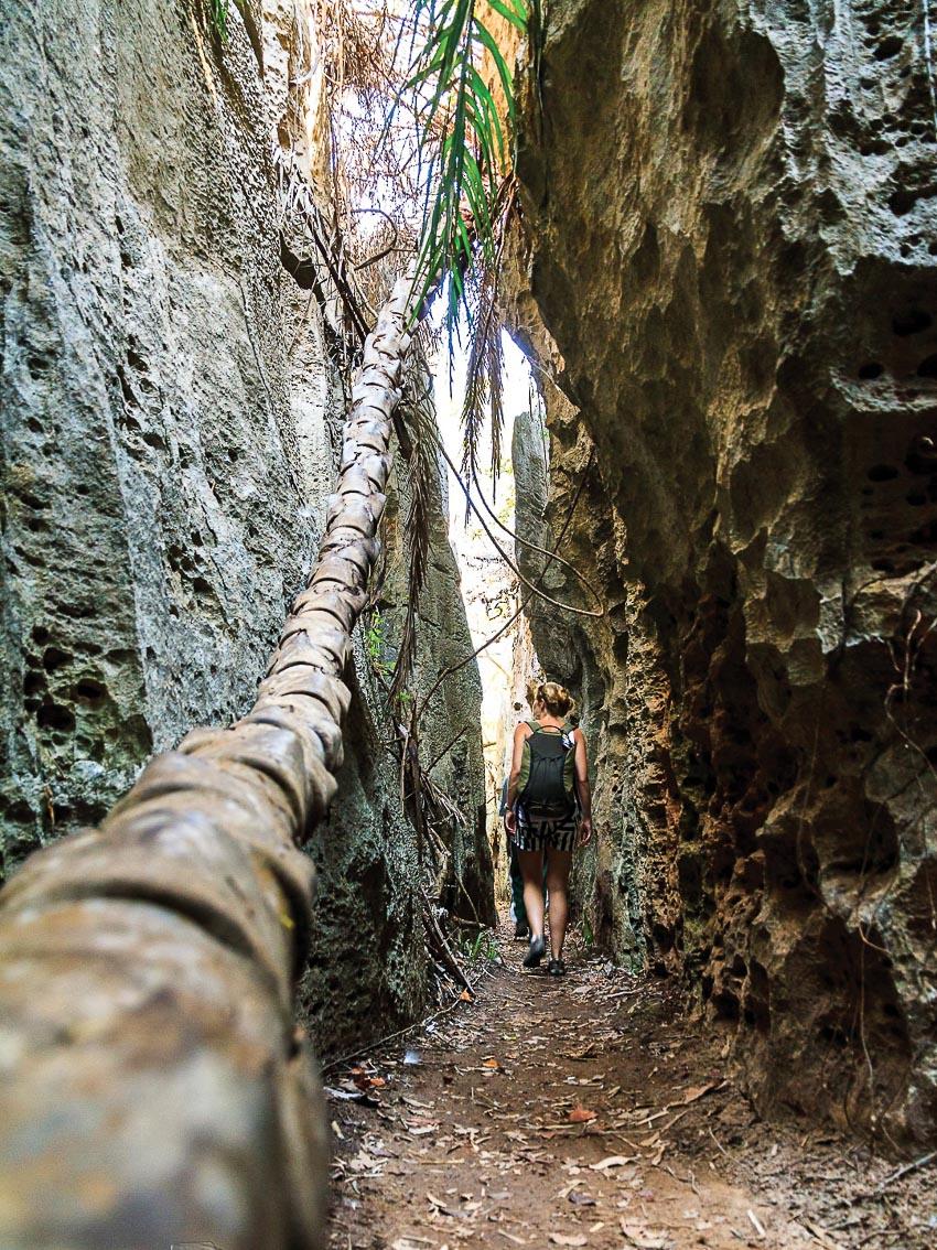 Du khách khám phá phía dưới chân các cột đá