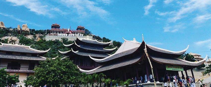 Ngôi chùa nổi bật giữa trời xanh