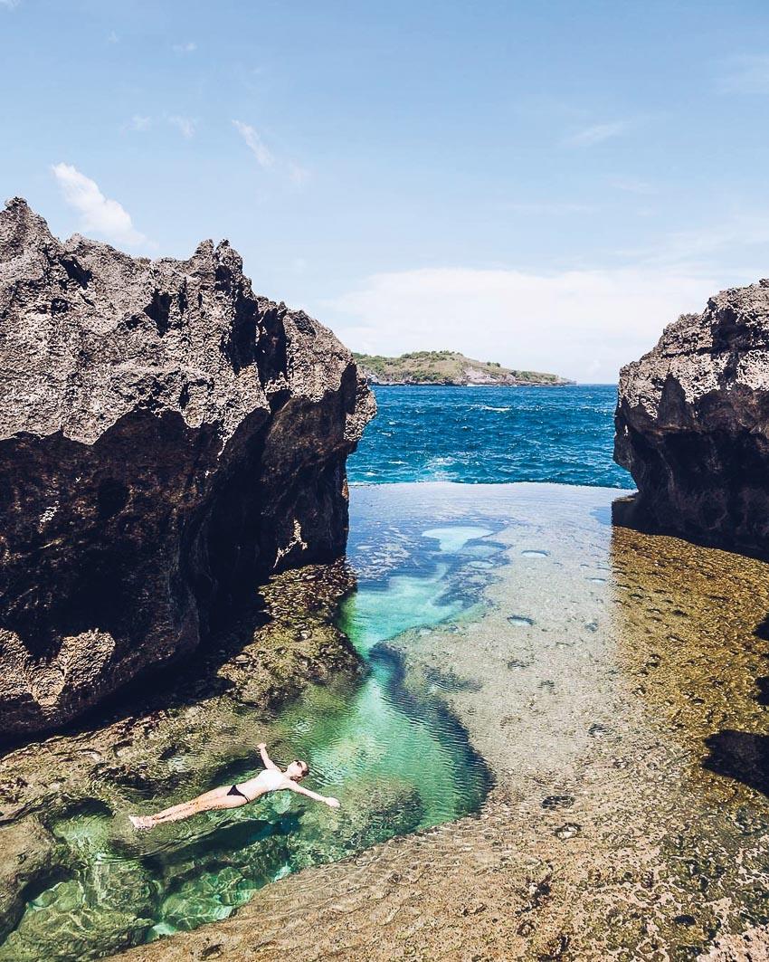 Du khách thích thú trước bãi biển ngoạn mục ở đảo núi lửa Bandas