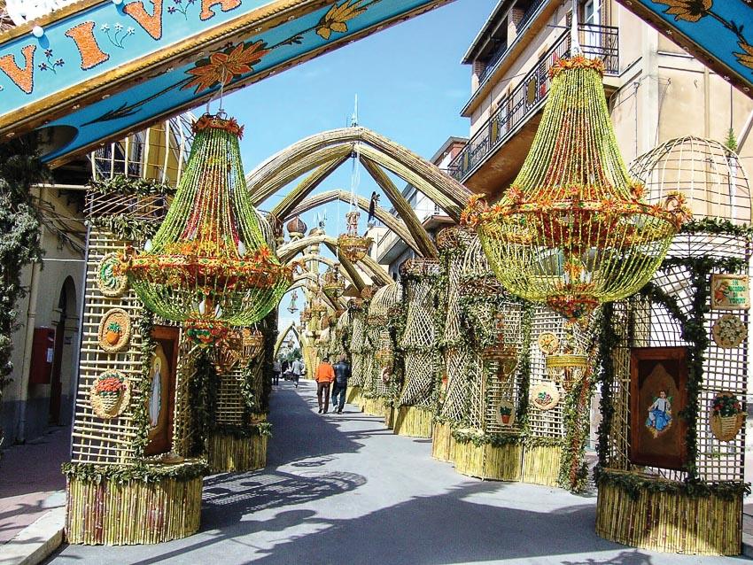 Trang trí các cổng chào với bánh mì trong lễ hội tại San Biagio Platani