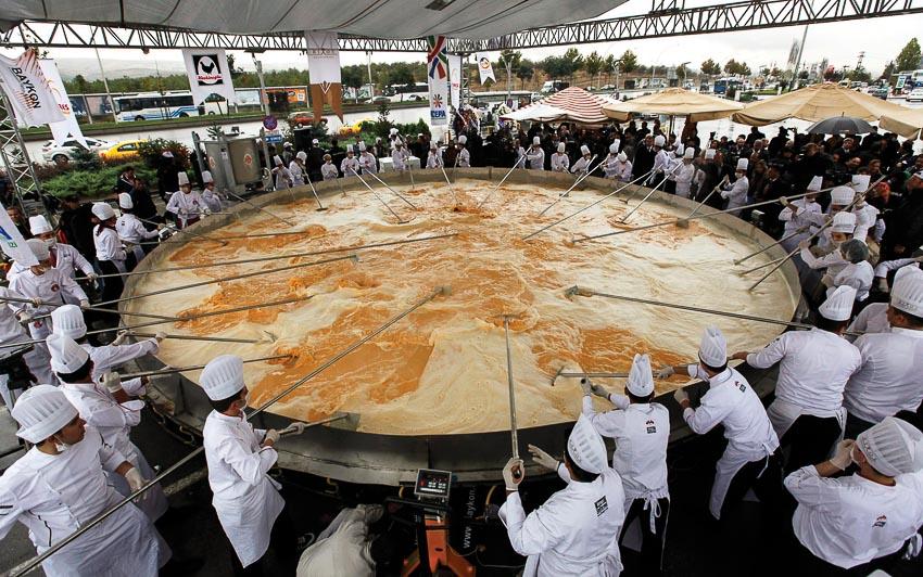 15.000 quả trứng gà để làm chảo trứng om-lét khổng lồ trong lễ hội ở Bessières