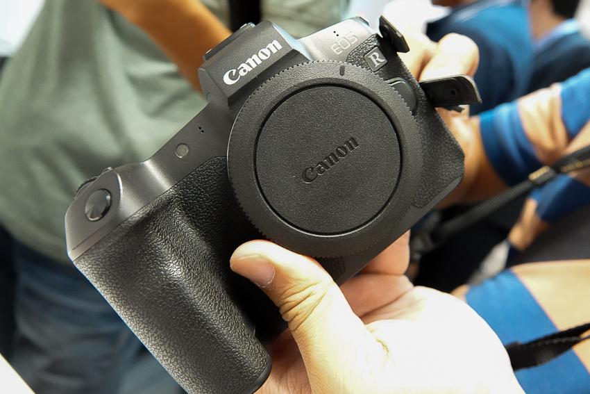 Canon EOS RP có thiết kế khá nhỏ gọn.