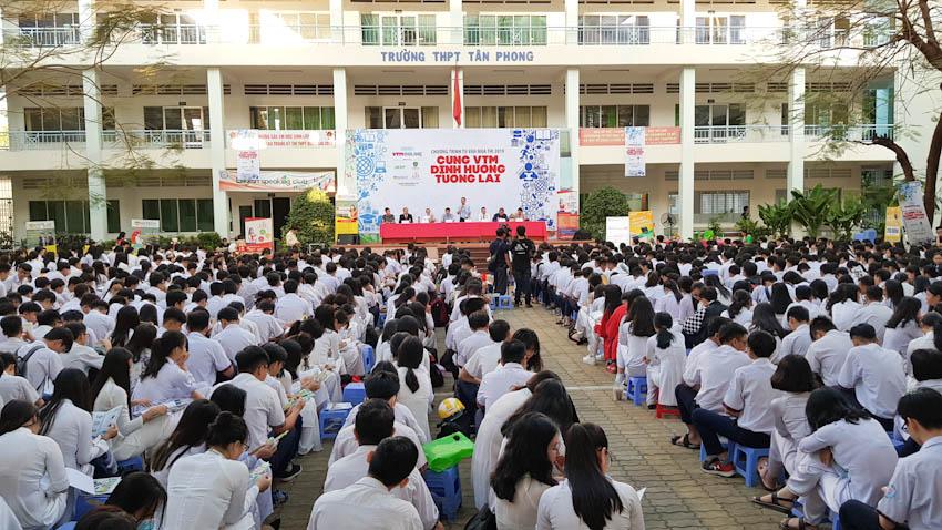 Hàng ngàn các bạn học sinh tham gia vào chương trình Tư vấn mùa thi – Cùng VTM định hướng tương lai 2