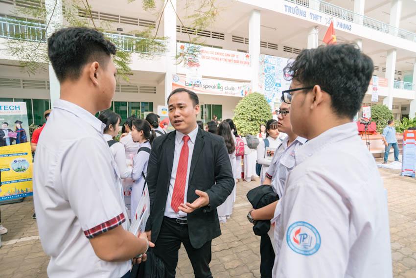 Thạc sĩ Phạm Doãn Nguyên – Phó Giám đốc Trung tâm Tư vấn Tuyển sinh và Truyền thông Đại học Kinh tế - Tài chính chia sẻ cùng các bạn học sinh về cách lựa chọn nghề nghiệp trong tương lai
