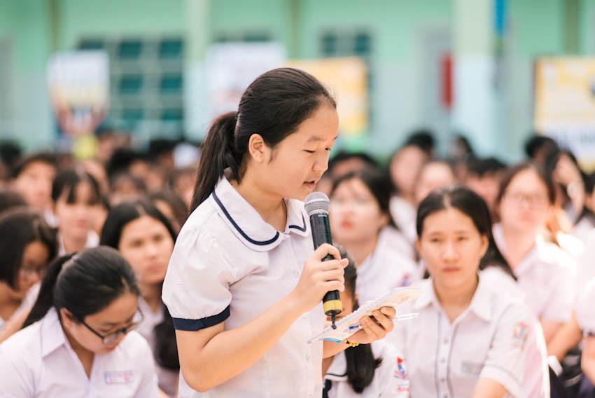 Các em học sinh liên tục đặt ra nhiều câu hỏi hóc búa cho ban tư vấn 2
