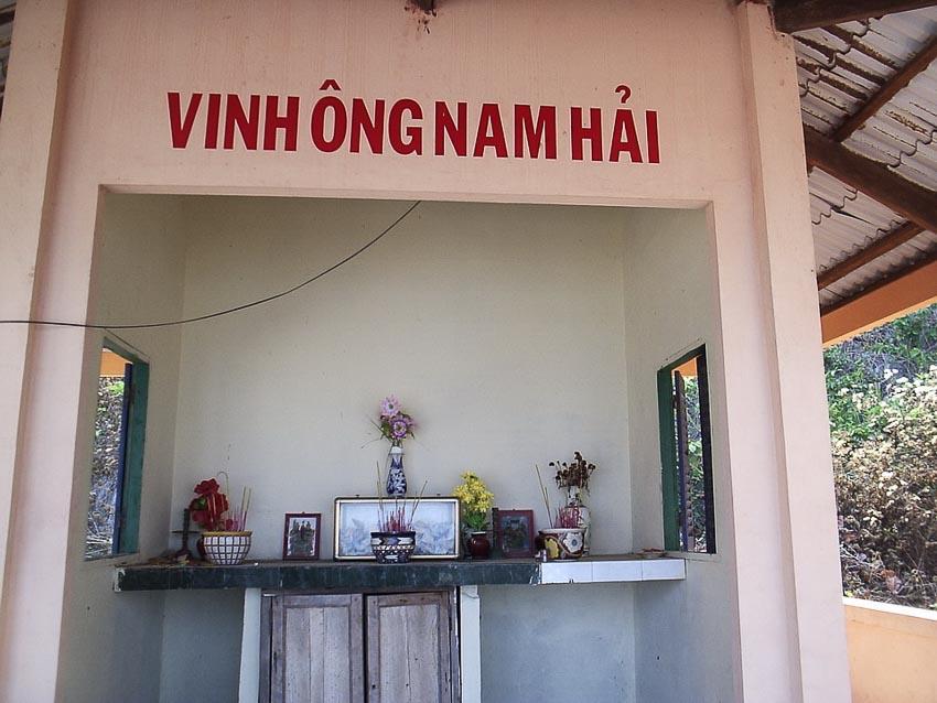 Vinh ông Nam Hải ở hòn Nghệ