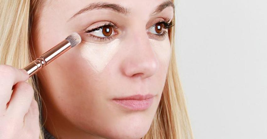Thoa kem che khuyết điểm thành hình tam giác ngược dưới mí mắt. Ảnh: pcideer