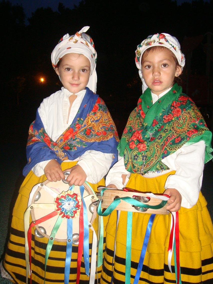 Bộ đồ truyền thống trong các điệu múa dân gian