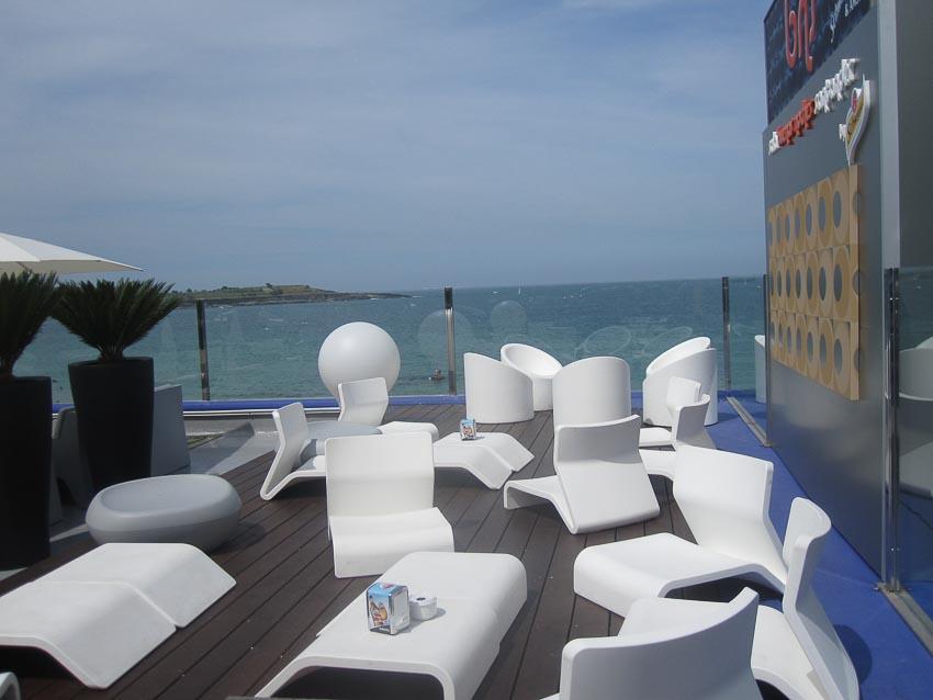 Một quán bar trên bờ biển