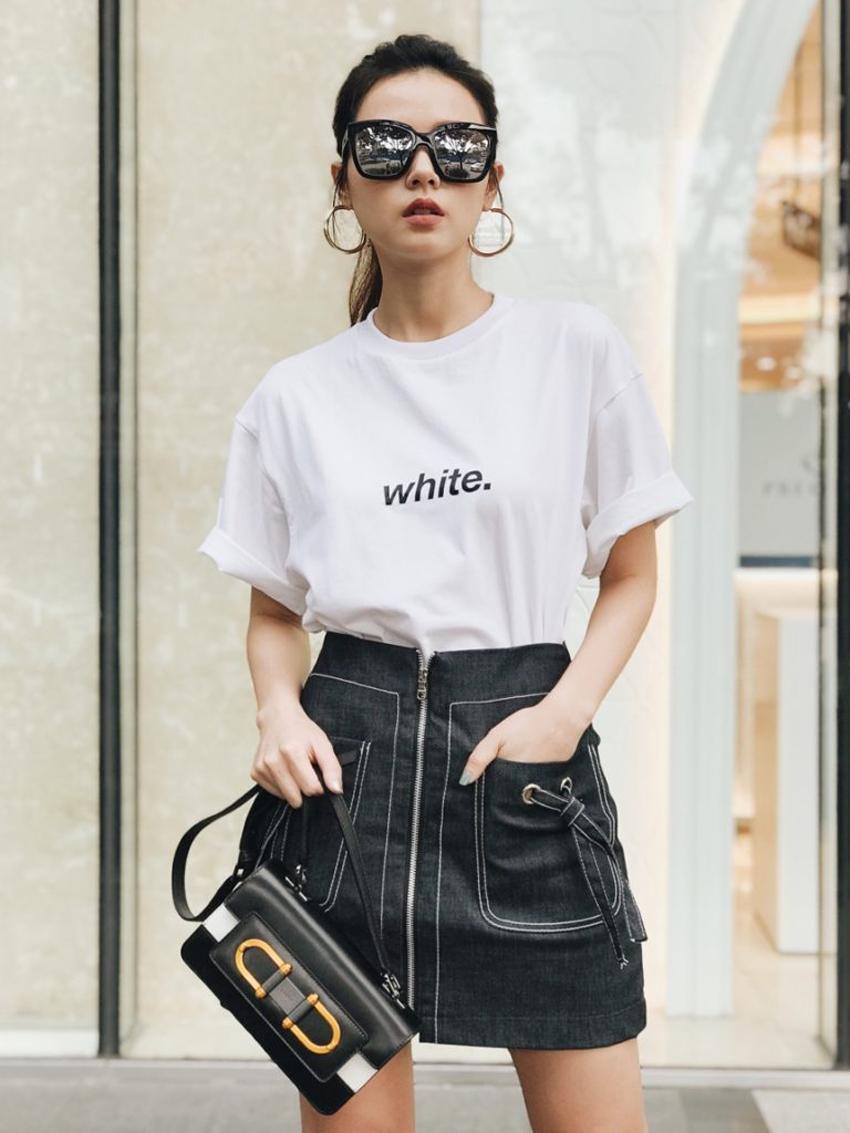 Áo thun trắng là một trong những item đặc trưng của xu hướng thời trang smart casual. Item này có thể linh hoạt kết hợp với quần, chân váy và nhiều kiểu áo khoác khác nhau