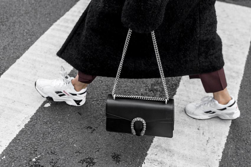Túi xách đeo chéo hoặc các kiểu ví cầm tay nhỏ nhắn giúp bạn dễ dàng mix cùng nhiều kiểu trang phục khác nhau (nguồn: Figtiny)