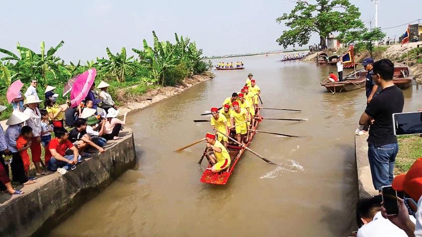 Bơi thuyền trên sông Ninh Cơ dịp tết ở làng Hành Thiện