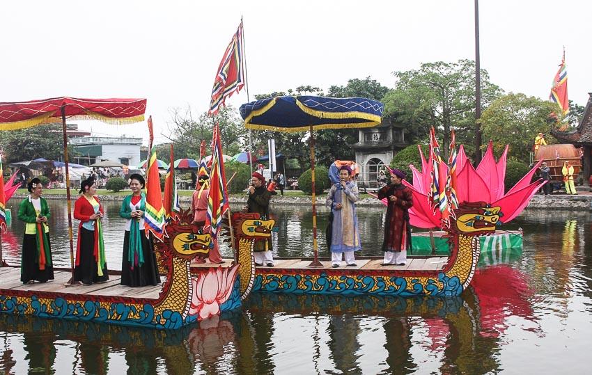 Biểu diễn hát hội trên thuyền