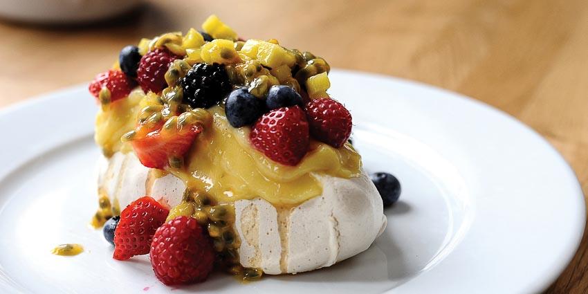 Bánh xốp phủ kem và trái cây tươi tráng miệng