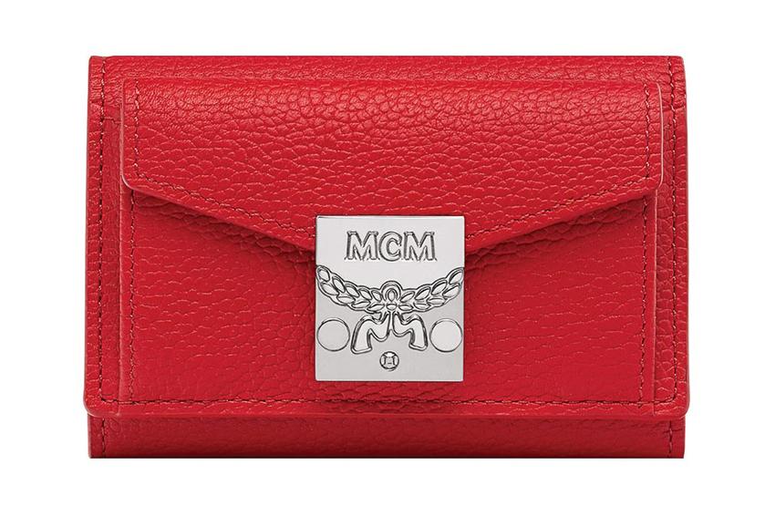 Chiếc ví đỏ cầm tay của MCM