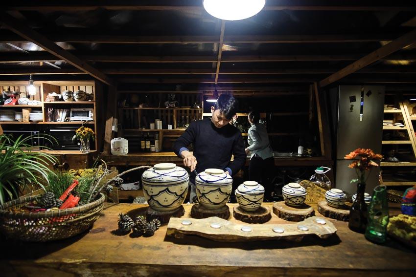 Không khí ấm cúng của gian bếp, nơi các nhóm khách có thể tự nấu ăn cho mình