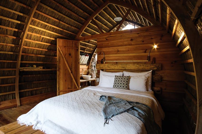 Một cabin tiêu biểu với góc ngủ, khoảng hiên uống trà và đón bình mình buổi sáng, khu vực tắm lộ thiên 1