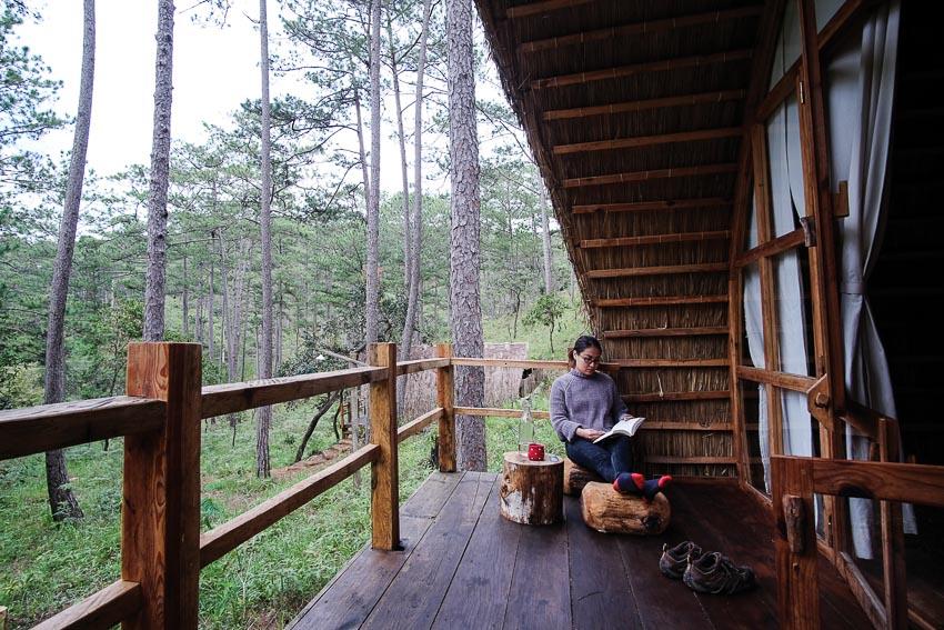 Một cabin tiêu biểu với góc ngủ, khoảng hiên uống trà và đón bình mình buổi sáng, khu vực tắm lộ thiên 2
