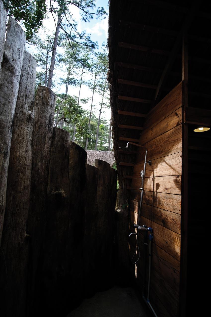 Một cabin tiêu biểu với góc ngủ, khoảng hiên uống trà và đón bình mình buổi sáng, khu vực tắm lộ thiên 3