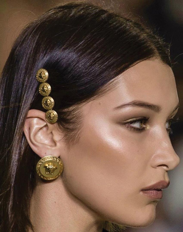 Cặp tóc Medusa của Versace 1