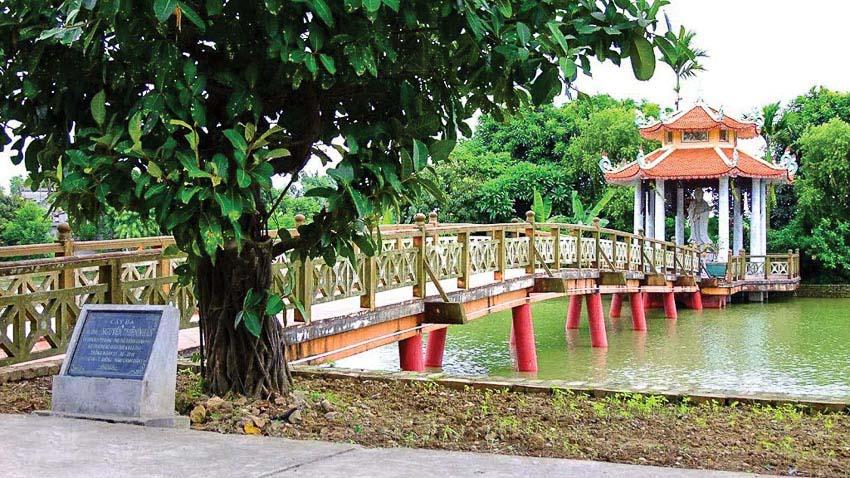 Hồ nước trong khuôn viên chùa, dấu tích của dòng sông Tương xa xưa