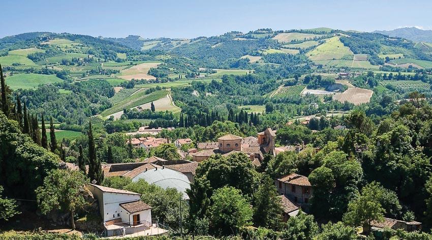 Thành phố được bao bọc bởi những ngọn đồi xinh đẹp