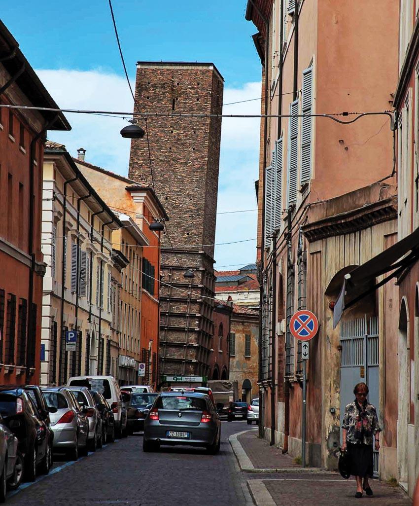 Phố cổ với ngọn tháp xây vào thời kỳ Đế chế Tây La Mã