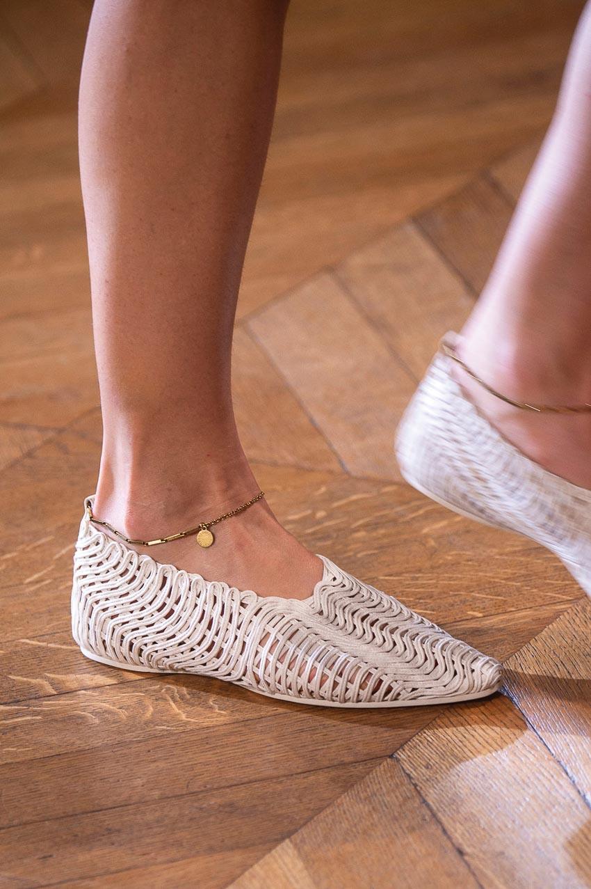 Nét mộc mạc mà hiện đại trên những mẫu giày dép đan lát 2