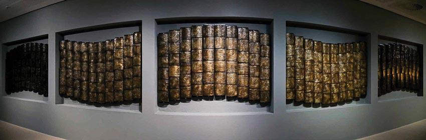 Sông Tô (sắp đặt tương tác với chạm khắc đồng và sơn mài, kích thước: 12,5m x 1,8m) của Vũ Xuân Đông