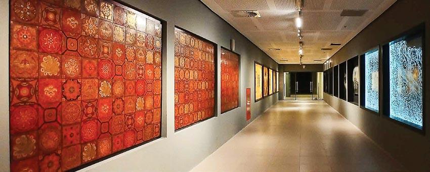 Cận cảnh bên trái là tác phẩm Mảnh ghép thời gian của Nguyễn Xuân Lam
