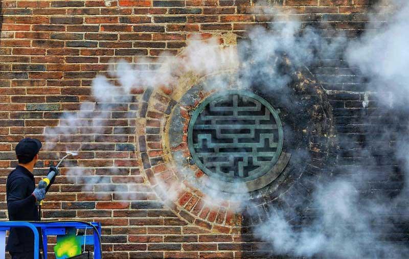 Những vòi phun tạo ra hơi nước nóng sẽ làm sạch các loại tảo, rêu, vi khuẩn,...mà không làm ảnh hưởng đến vẻ đẹp nguyên sơ của các bức tường