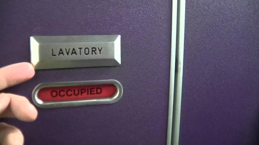 Các phòng toilet máy bay có thể mở khóa từ bên ngoài