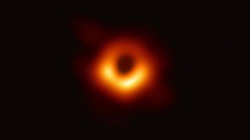 Ảnh chụp vô tuyến của hố đen vũ trụ tại M87 được các nhà khoa học công bố ngày 10/4. Ảnh: EHT
