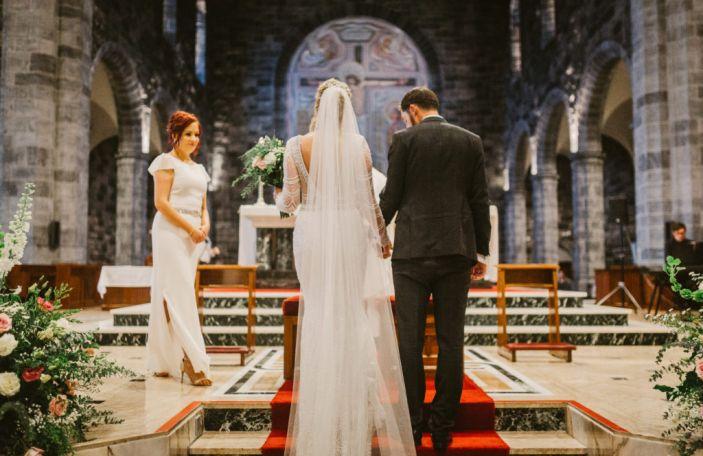 Một cô dâu Thiên Chúa giáo trong nhà thờ.