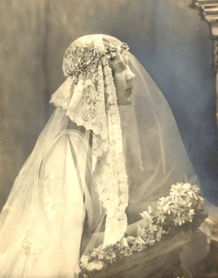 Nữ diễn viên Mỹ Rosamund Pinchot (1904-1938) trong trang phục cưới có mạng che mặt
