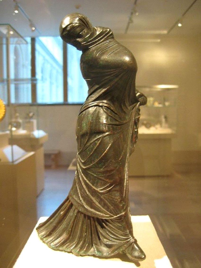 Tượng đồng một nữ vũ công Hy Lạp mang mạng che (khoảng thế kỷ thứ hai - thứ ba trước Công nguyên)