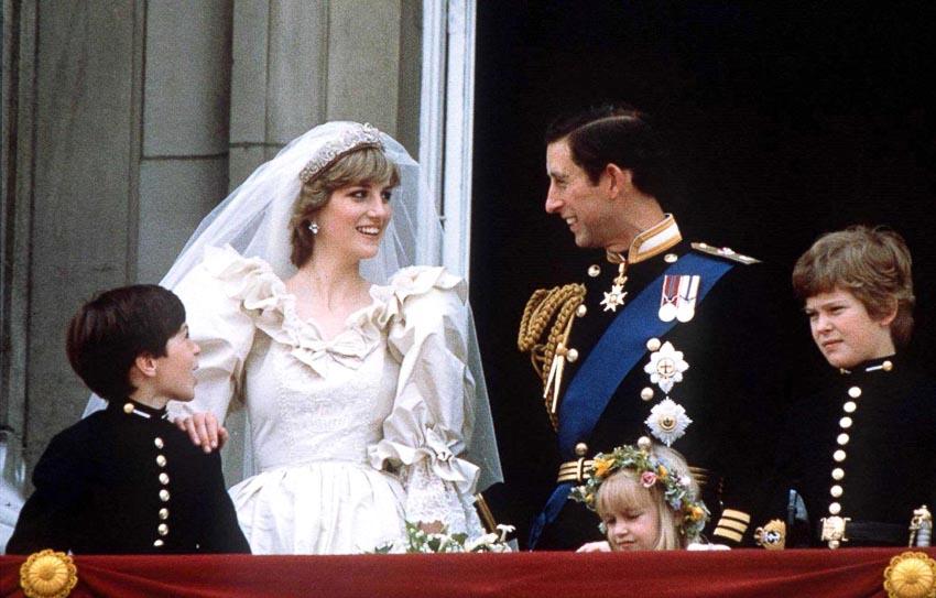 Đám cưới của thái tử Charles và công nương Diana, họ vẫy chào đám dông tại điện Buckingham