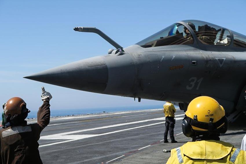 Một chiến đấu cơ Rafale chuẩn bị cất cánh