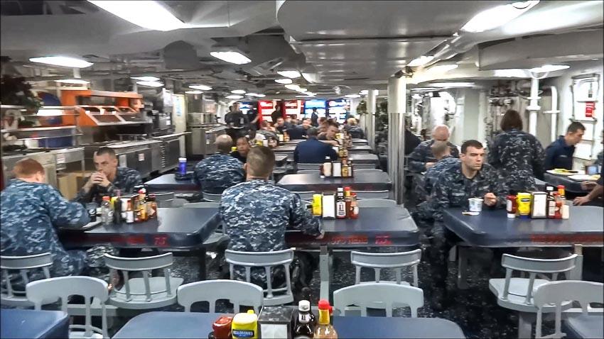 Thủy thủ đoàn dùng bữa tại nhà hàng trên tàu