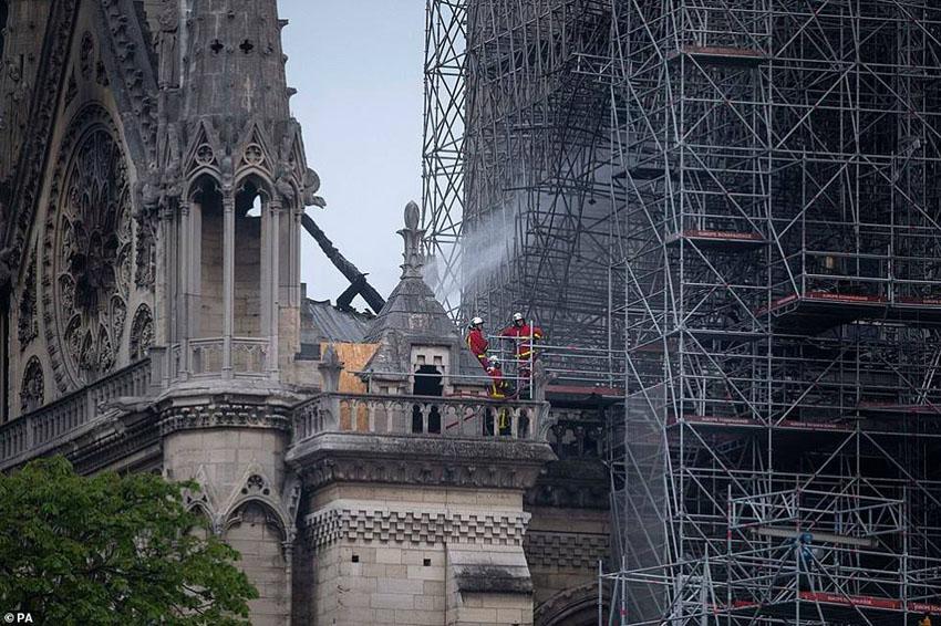Nhà thờ Đức Bà Paris phát cháy trong khi đang được tu sửa 9