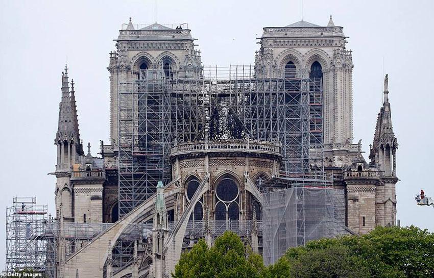 Nhà thờ Đức Bà Paris phát cháy trong khi đang được tu sửa 10