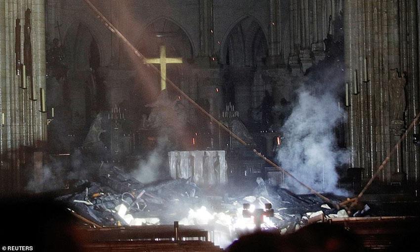 Nhà thờ Đức Bà Paris phát cháy trong khi đang được tu sửa 6